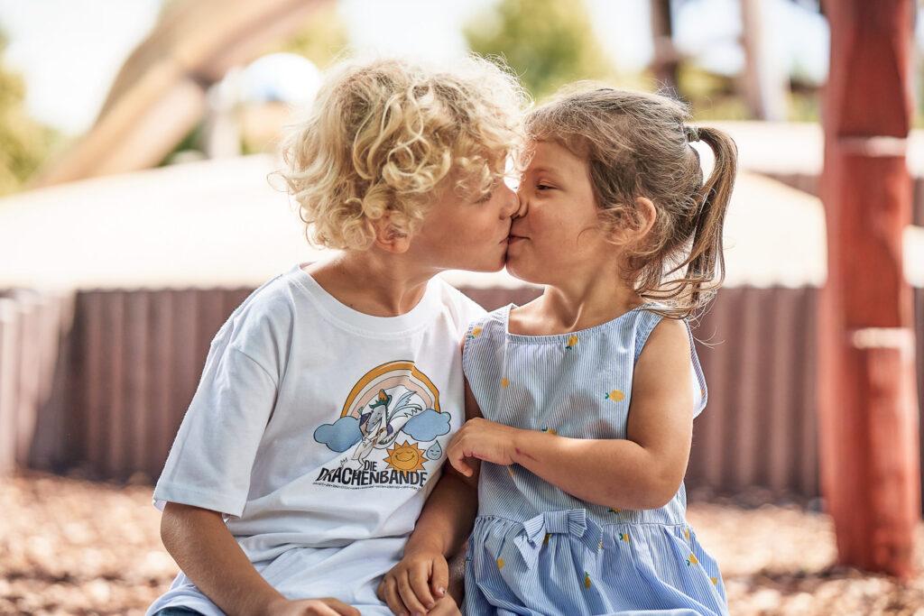 kindergartenfotograf-karlsruhe-schulanfaenger-portrait-modern-maedchen-huepfen